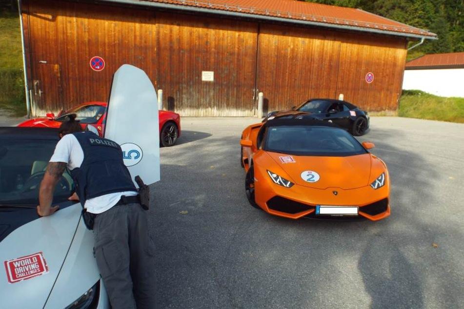 Die Polizisten entdeckten die Sportwagen auf der B2 bei Krün, ein Lamborghini hatte keinen Versicherungsschutz.