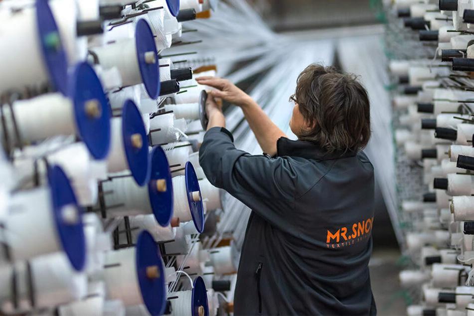 Carola Mick (52) steckt neue Fadenhülsen für den Webstuhl auf, an dem Hunderte Kettfäden zusammenlaufen.