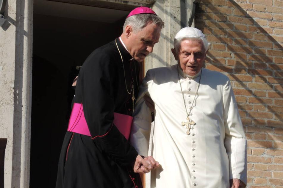 Ratzinger mit seinem Privatsekretär Georg Gänswein.
