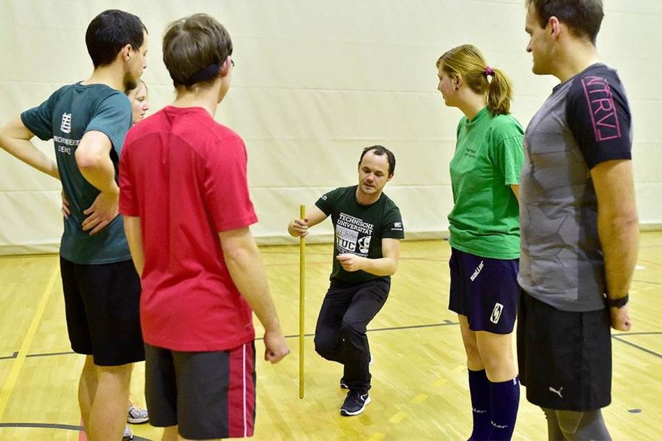 """Jeden Mittwoch erklärt Mike Stummvoll (26) seinen Team-Mitgliedern die Geheimnisse des """"Quidditch""""-Sports."""
