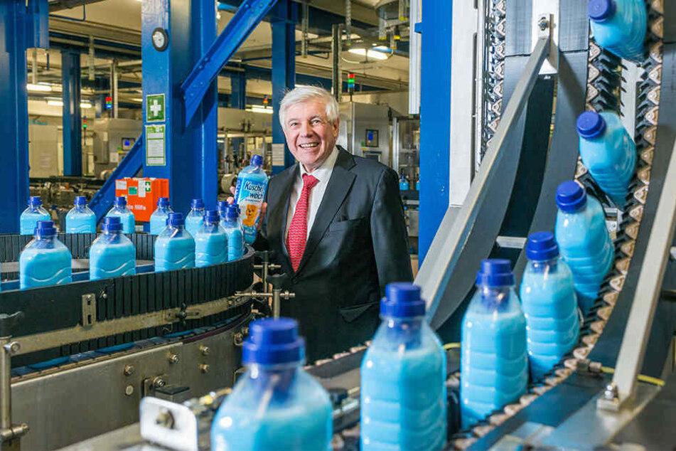 """Fit-Chef Wolfgang Groß (66) - hier bei der Abfüllung von """"Kuschelweich"""" - will weiter investieren."""