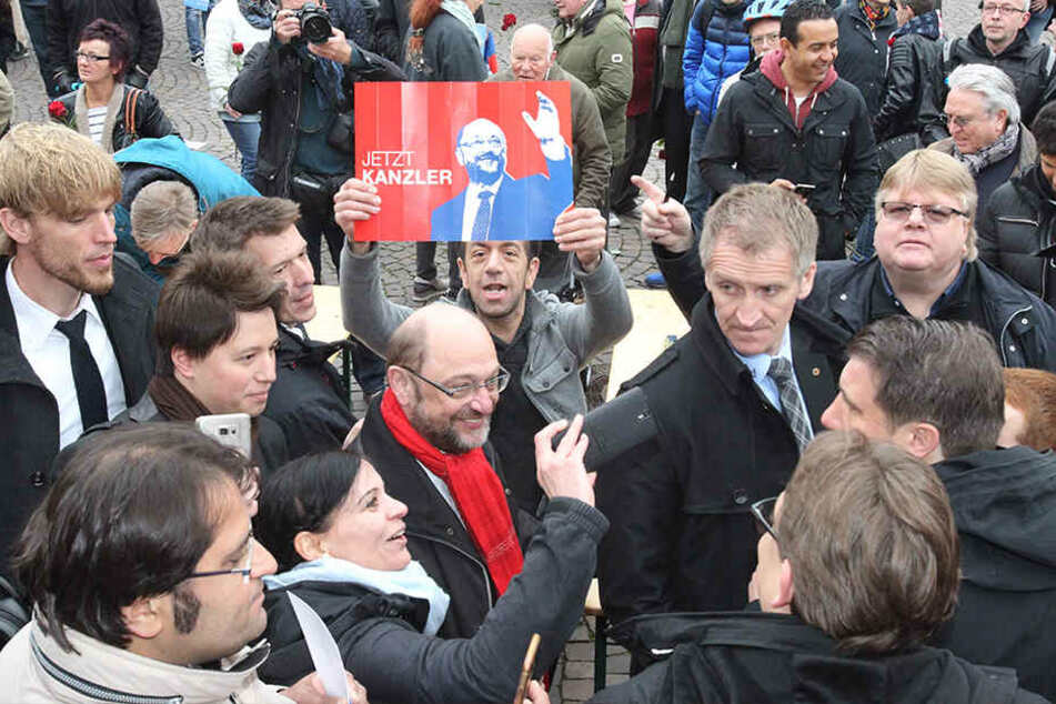 Martin Schulz (SPD) verteilte 250 Rosen, schrieb Autogramme und machte jede Menge Selfies.