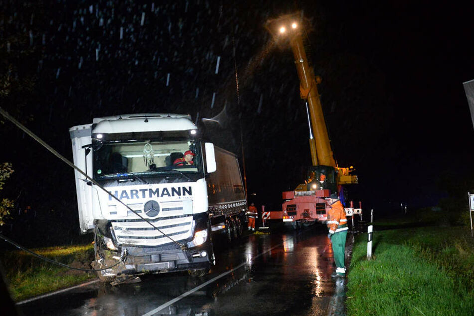 Hier wird gerade ein Lkw aus einem Graben gerettet