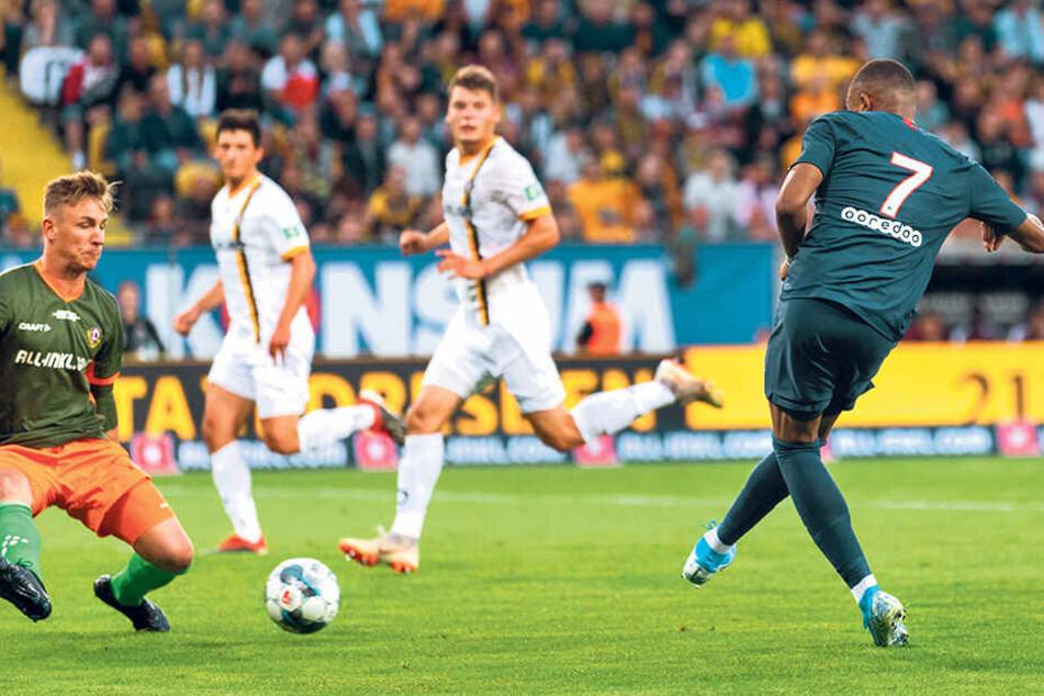 Kylian Mbappe (r.) zeigte seine ganze Klasse und tunnelte Dynamo-Keeper Kevin Broll hier beim Treffer zum 3:0.