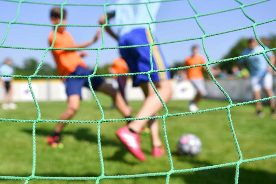Die Unbekannten versuchen über das Internet Kontakt zu Jugendfußballern aufzunehmen. (Symbolbild)