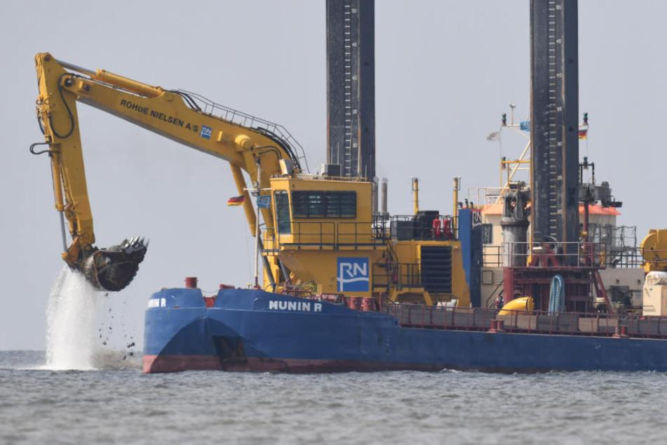 Ein Bagger arbeitet im Greifswalder Bodden am Unterwassergraben der neuen Ostseepipelin Nord Stream 2.