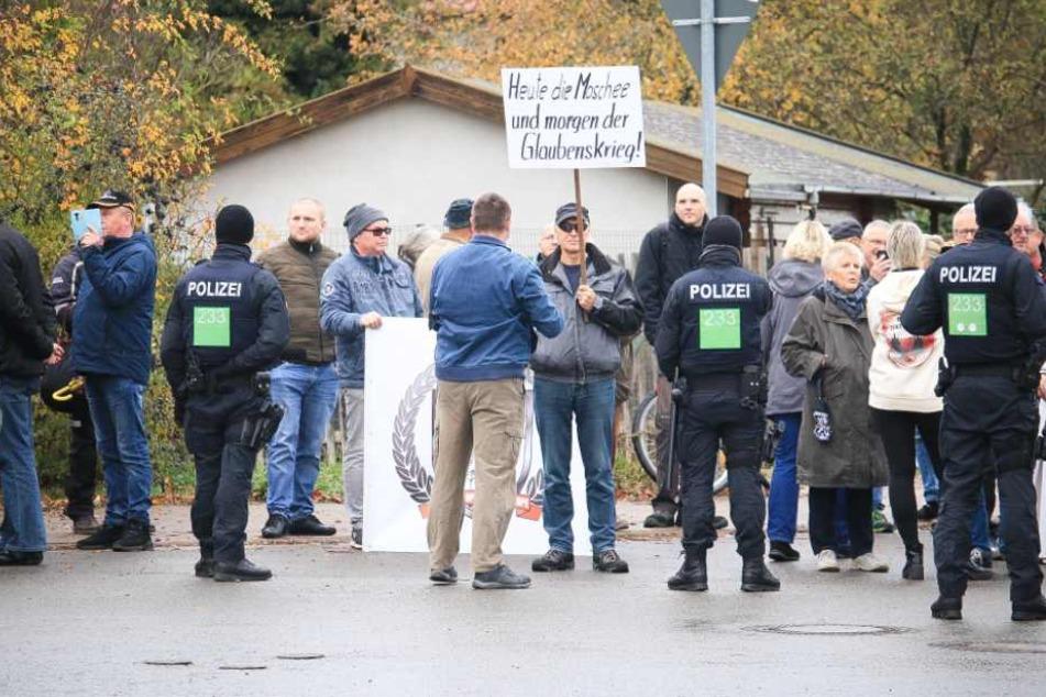 Etwa 60 Menschen versammelten sich um gegen den Bau zu demonstrieren.
