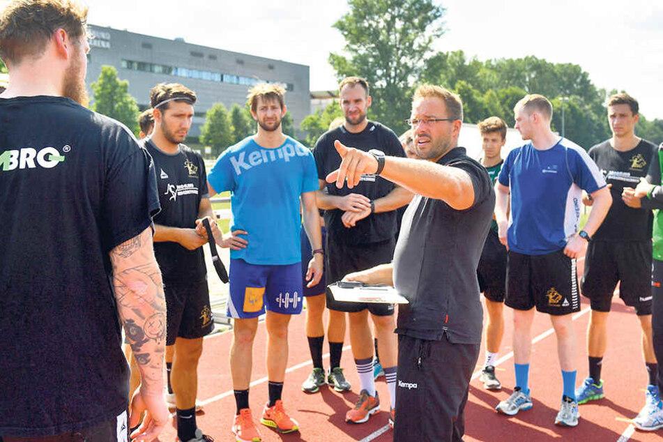 Christian Pöhler gibt hier beim Training die Richtung vor. Aber der HCE-Coach hat auch schon einen(Punkte-)Plan für die erste Saison in der 2. Liga erarbeitet.
