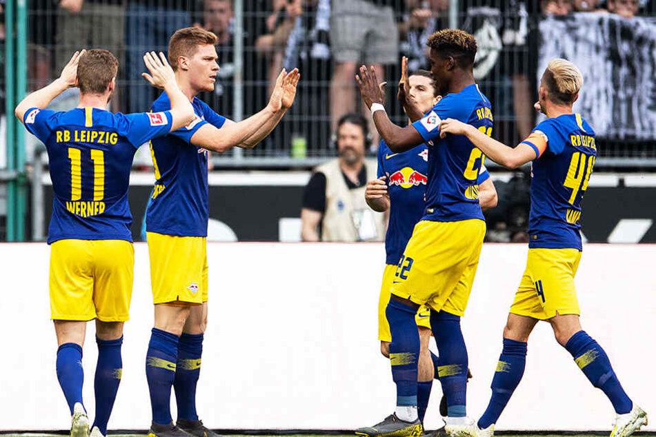 Jubel bei RB: Leipzig freut sich über den 1:0-Führungstreffer durch Marcel Halstenberg (Zweiter von links).