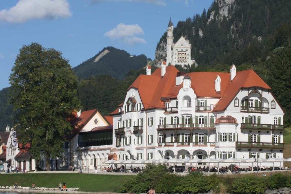 Das Hotel Ameron Neuschwanstein Alpsee Resort & Spa. Um den Namen des Hotels gab es einen Streit zwischen der Hotelgruppe und der Bayerischen Schlösserverwaltung.