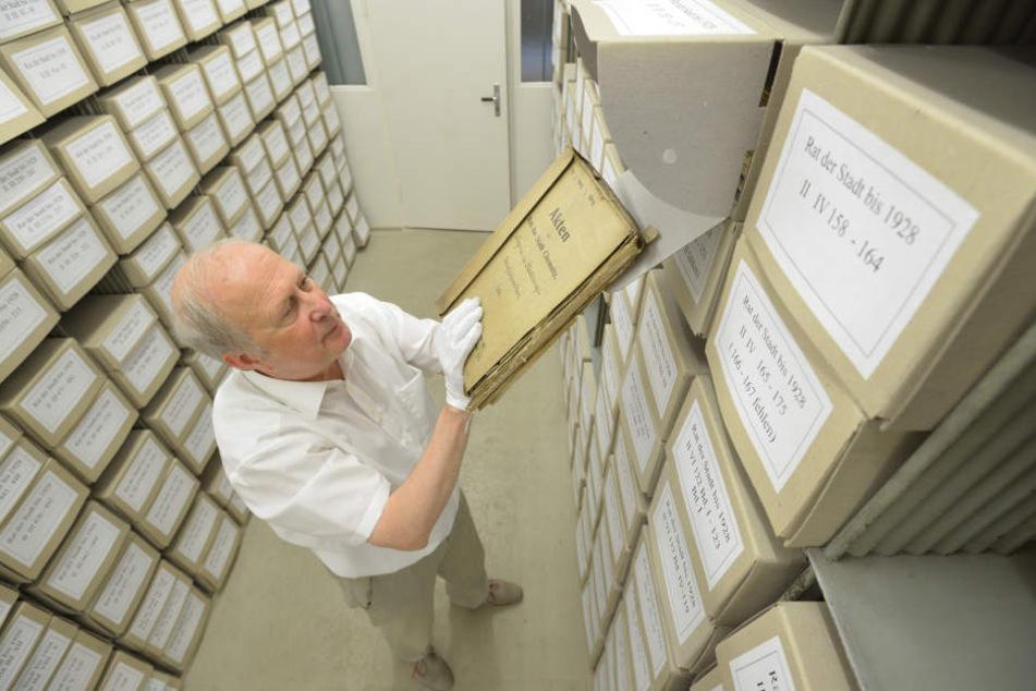 Er hat den Überblick: Archivar Dr. Stephan Pfalzer (63) sortiert Stadtrat-Akten.