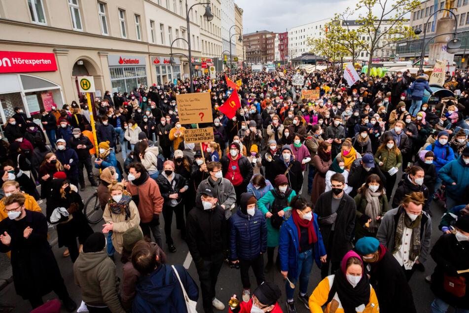 """Teilnehmer einer Kundgebung des Bündnisses """"Gemeinsam gegen Verdrängung und #Mietenwahnsinn"""" gegen das Urteil des Bundesverfassungsgerichts zum Mietendeckel in Berlin haben sich auf dem Hermannplatz versammelt."""