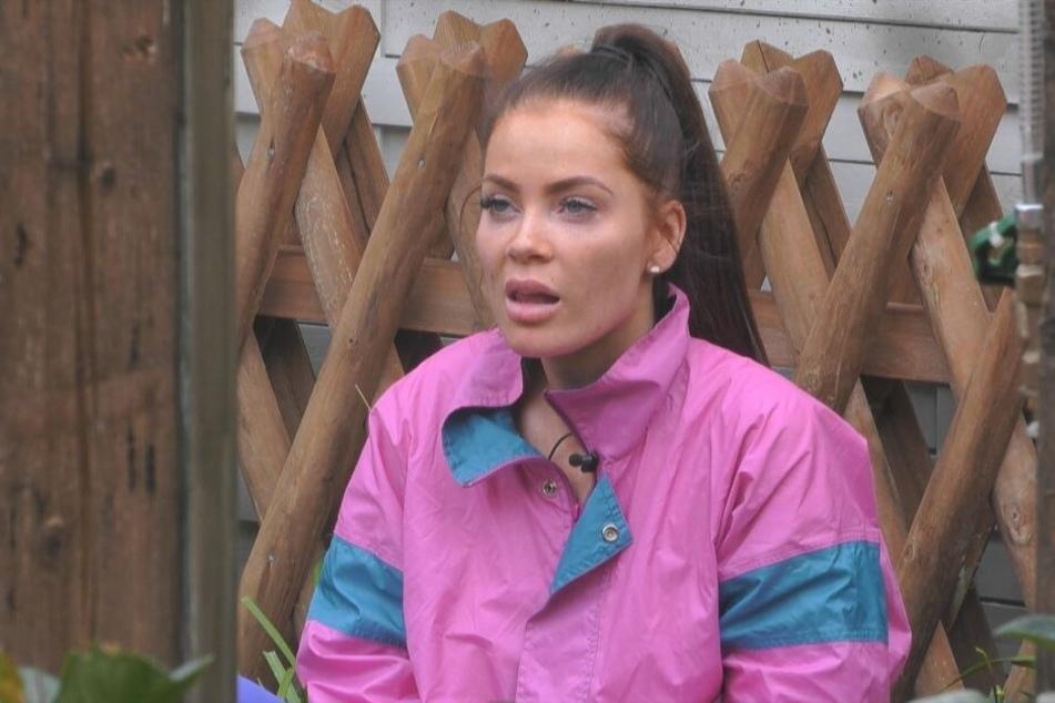 Janine Pink (32) konnte nicht fassen, wie Zlatko hinter dem Zaun über sie lästerte.