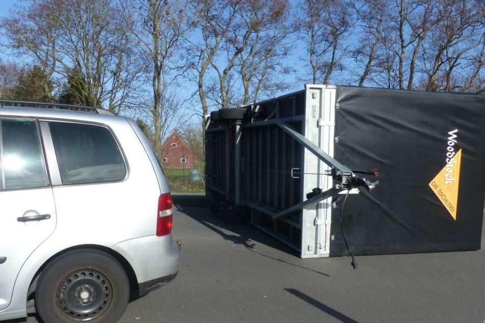 Ein umgekippter Anhänger liegt quer auf einer Bundesstraße in Schleswig-Holstein.