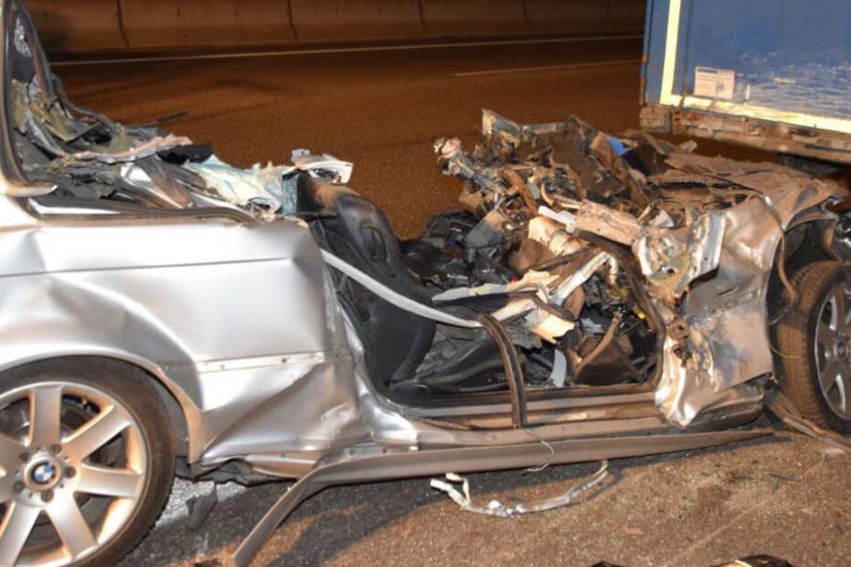 Der völlig zerstörte Wagen.