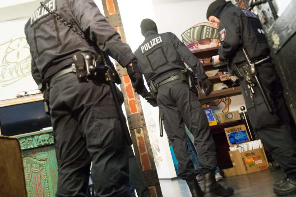 Bei der letzten Razzia gegen die Gruppe wurden Waffen, Drogen und jede Menge Bargeld sichergestellt.