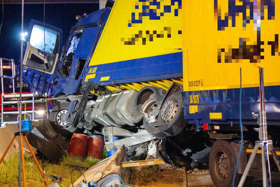Unfall auf A9: Fahrer kracht mit Lkw gegen Brückenpfeiler, Autobahn von Polizei gesperrt