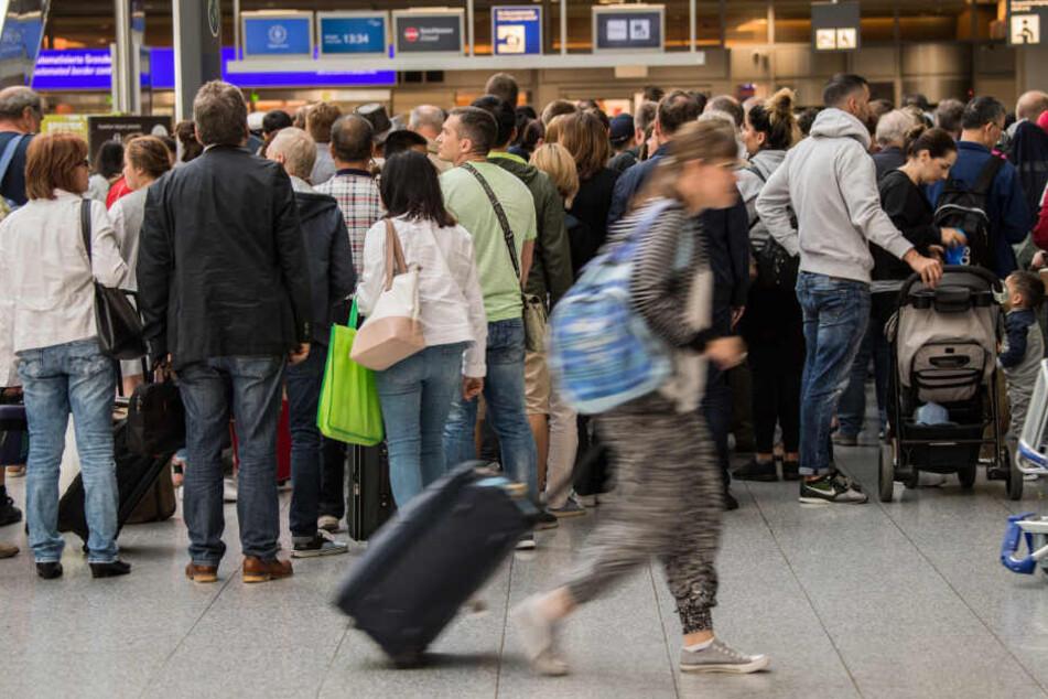 Am Frankfurter Flughafen: Demonstranten legen Schalter von Turkish Airlines lahm