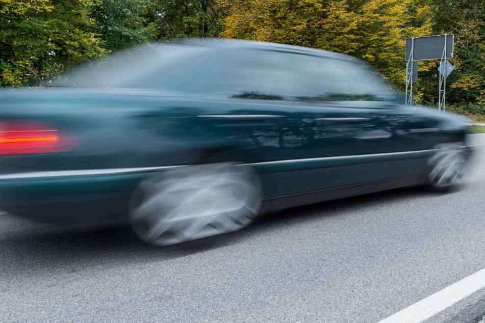 Horror! Autofahrer gibt absichtlich Gas, obwohl ein Mann den Weg versperrt