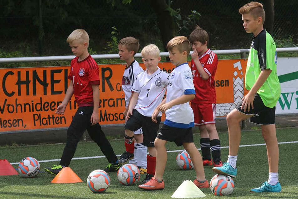 Fußballschulen in Gütersloh könnten bald teurer werden, weil die Kommunen dafür kassieren sollen.