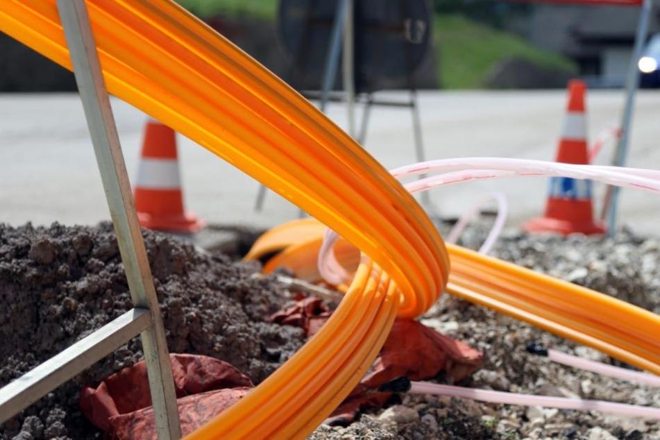 Die Verlegung von Glasfaserkabeln soll bald überall für schnelles Internet sorgen. (Symbolbild)