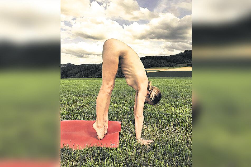Für Elke Lechner (43) ist Nacktyoga eine Art Therapie.