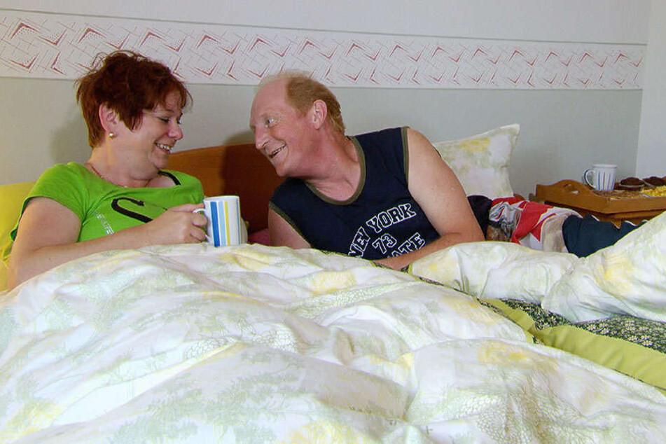 Kandidat Alexander (rechts) verwöhnt seine Ricarda mit Spezialitäten im Bett.