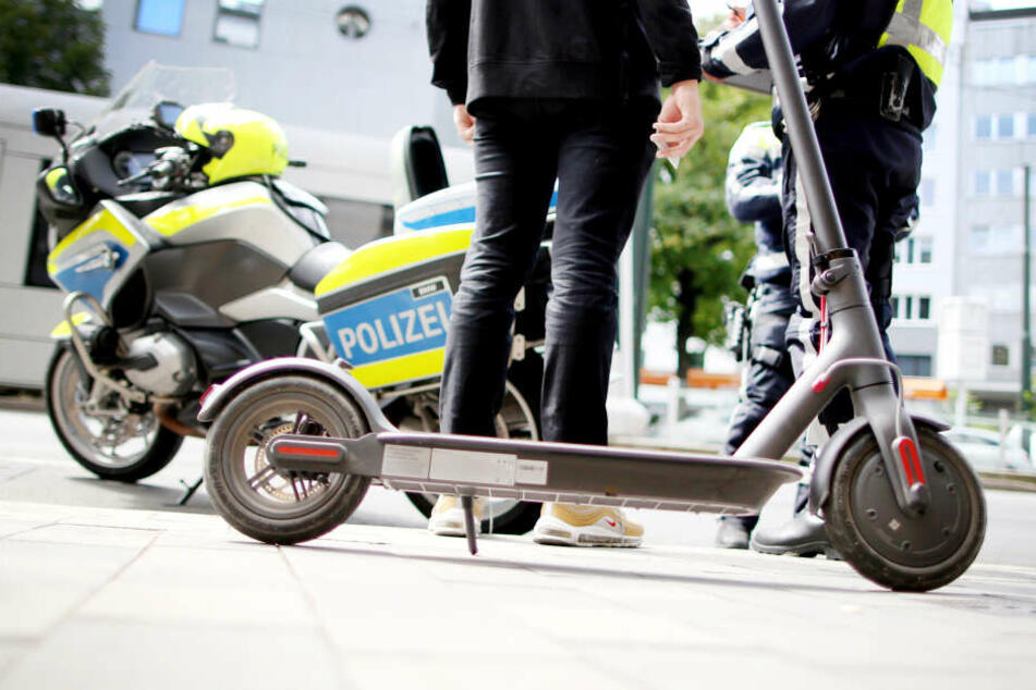 Die Polizei überprüft bei Kontrollen Zulassung und Versicherung der E-Scooter.