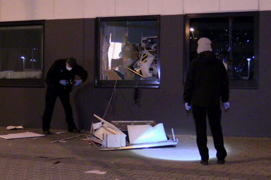 Geldautomat am Düsseldorfer ISS Dome gesprengt: Täter mit Beute auf der Flucht!