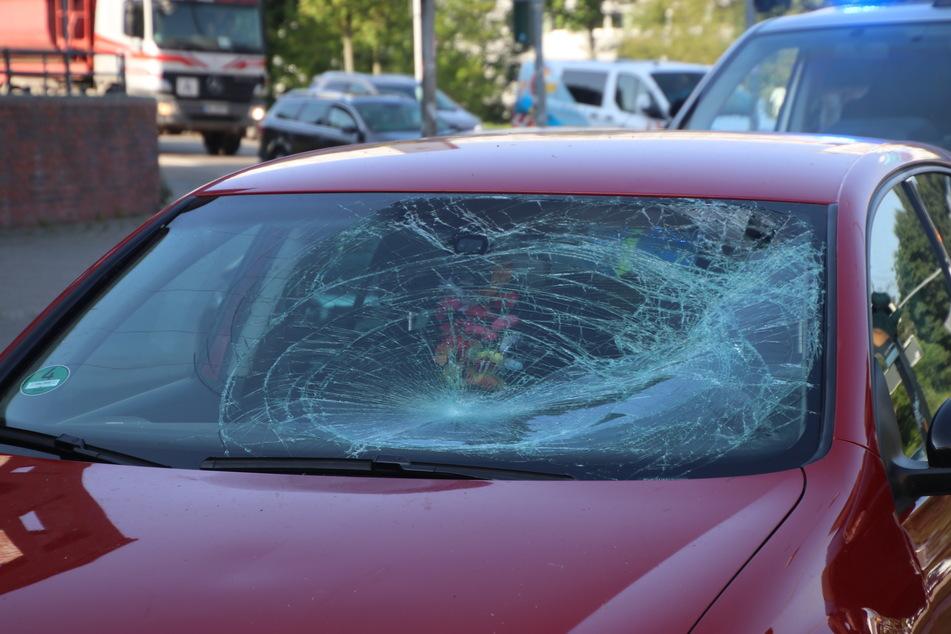 Der junge Mann prallte auf die Windschutzscheibe des Autos und wurde schwer verletzt.