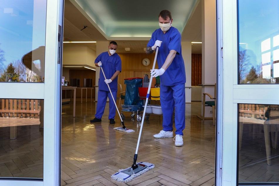 Zwei der sechs Soldaten im Pflegeheim in Radeberg bei Reinigungsarbeiten.