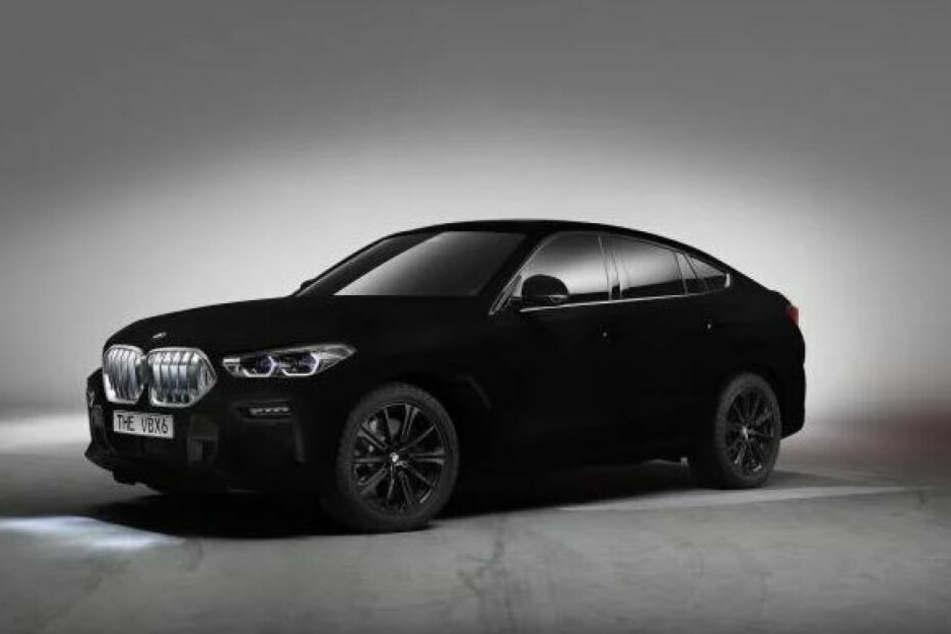 Der BMW X6 in Vantablack reflektiert so wenig, dass er kaum dreidimensional wahrgenommen werden kann.