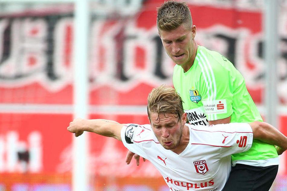 Philipp Türpitz, hier im Zweikampf mit dem Hallenser Florian Brügmann (links) übernimmt die Position des verletzten Torjägers Fink.