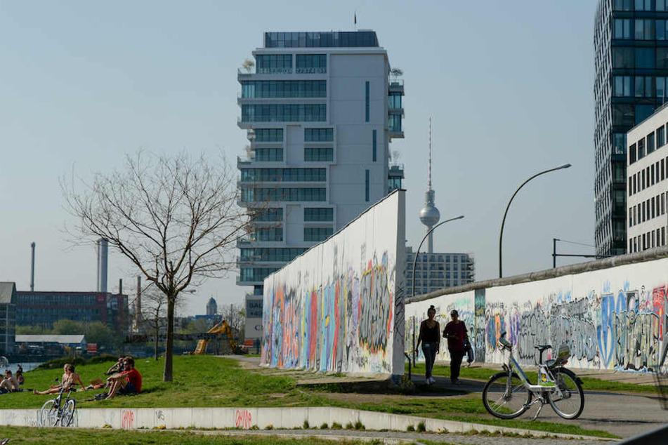 Beliebter Treffpunkt: Die East Side Gallery am Berliner Spree-Ufer in Friedrichshain.