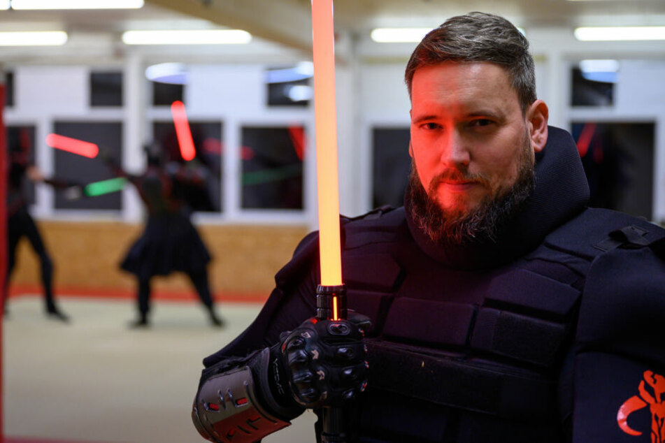 Mark Wamsler in seiner Schutzmontur - natürlich mit Lichtschwert.
