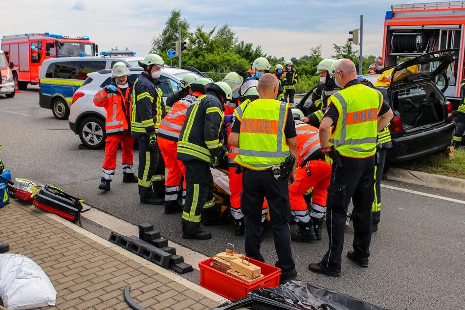Einsatzkräfte von Polizei und Feuerwehr versorgen die Unfallopfer.