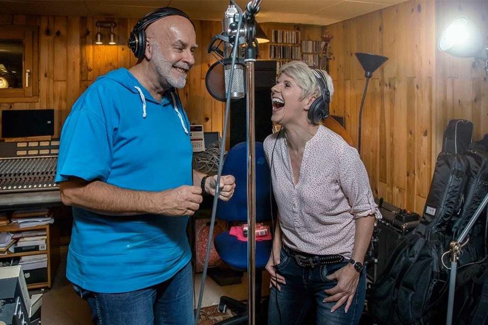Country-Lady Linda Feller (51) im Musikstudio - hier mit Aufnahmeleiter Nils Tuxen.