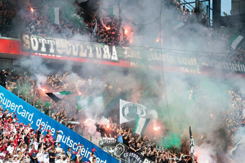 Rhein-Derby: Fans von Borussia-Mönchengladbach zünden Pyrotechnik.