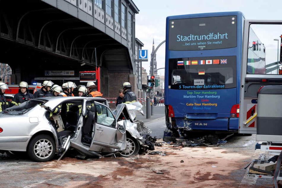 Auto kracht in Stadtrundfahrt-Bus
