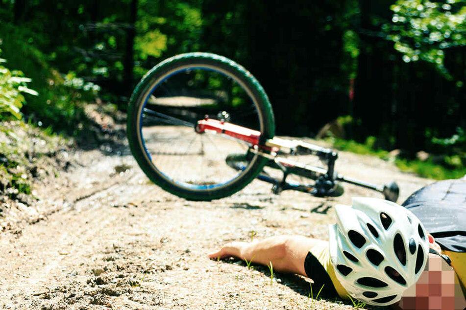 Der junge Mann stürzte mit seinem Fahrrad einen Abhang runter. (Symbolbild)