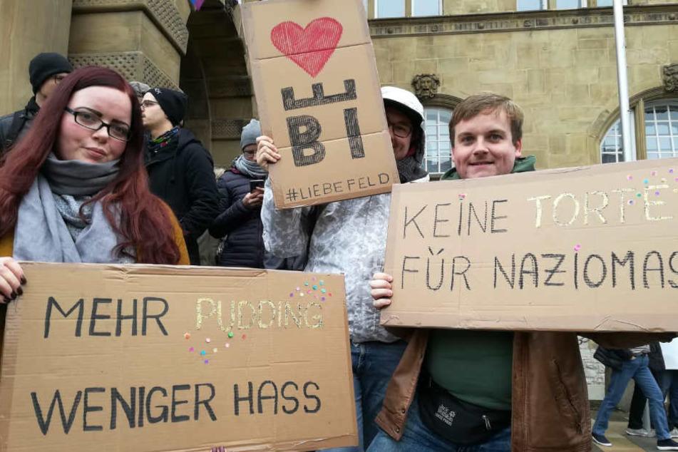 Die Ostwestfalen demonstrieren mit selbst gebastelten Plakaten.