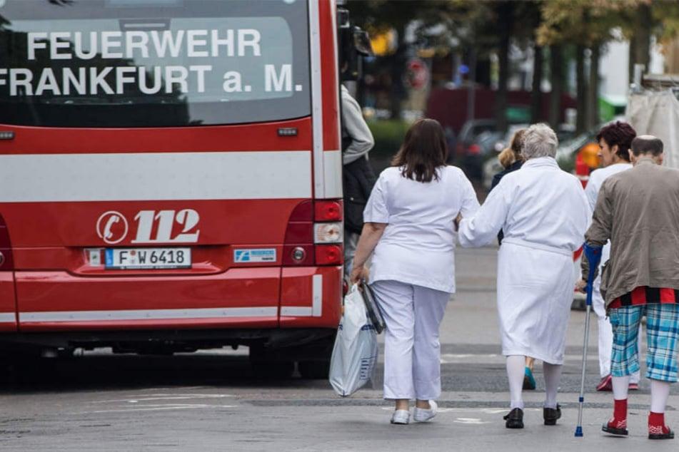 Patienten des Bürgerhospitals werden in Sicherheit gebracht.