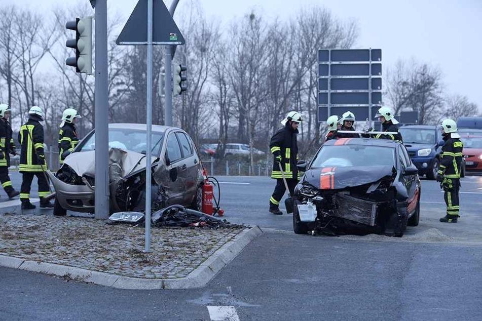Zweimal Totalschaden nach heftigem Crash auf Kreuzung
