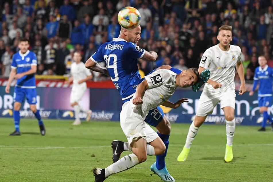 Magdeburgs Timo Perthel gegen Niklas Jahn (Jena).