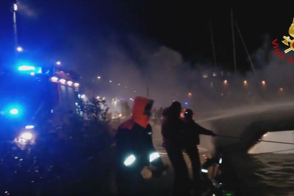 Die Feuerwehr tat alles menschenmögliche, um die Urlauber aus den Kabinen zu befreien.