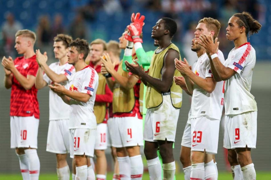 Die Mannschaft holt sich bei den Fans einen Applaus für eine insgesamt enttäuschende Leistung. Einige der Spieler sollen sich vor dem Spiel unprofessionell verhalten haben.