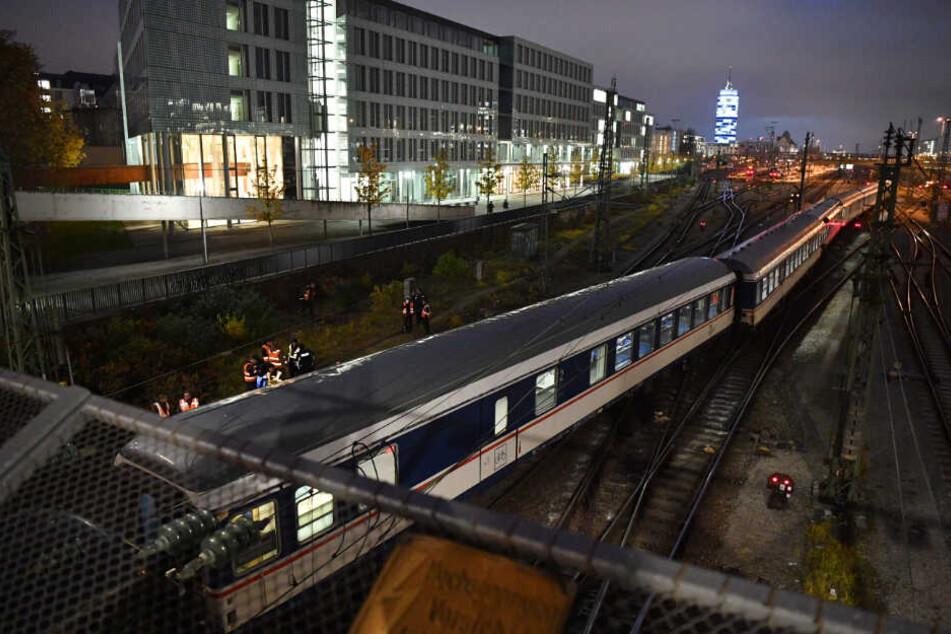 Der entgleiste Zug steht am Bahnhof Hackerbrücke auf den Gleisen.