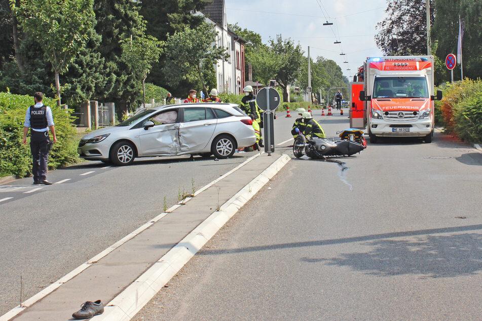 Einsatzkräfte von Polizei und Feuerwehr sperrten den Unfallbereich ab. Die Fahrzeuge mussten abgeschleppt werden.
