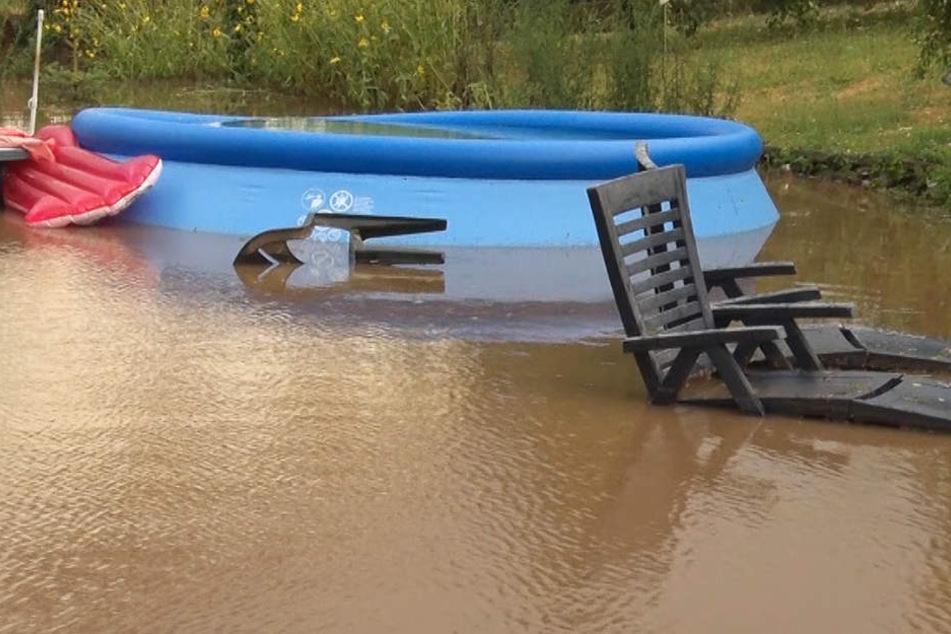 Das Foto zeigt einen überschwemmten Garten in Kirchhain.