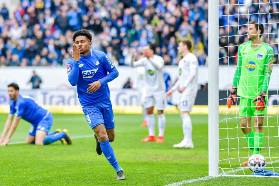 Hoffenheims Torschütze Reiss Nelson (l) jubelt über das Tor zum 2:0.
